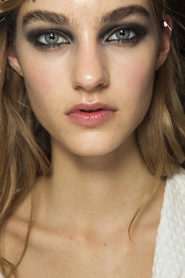 Atelier Versace levou olhos escuros e esfumados à passarela.